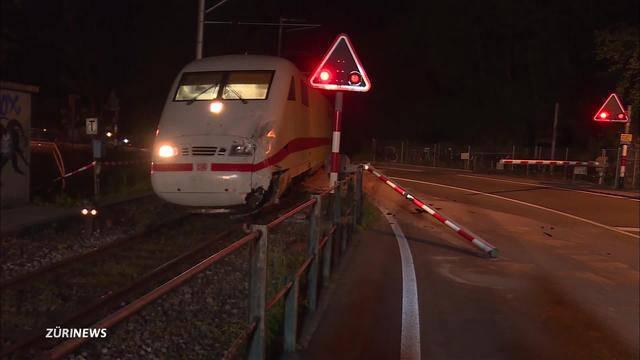 Zug crasht in Reisecar