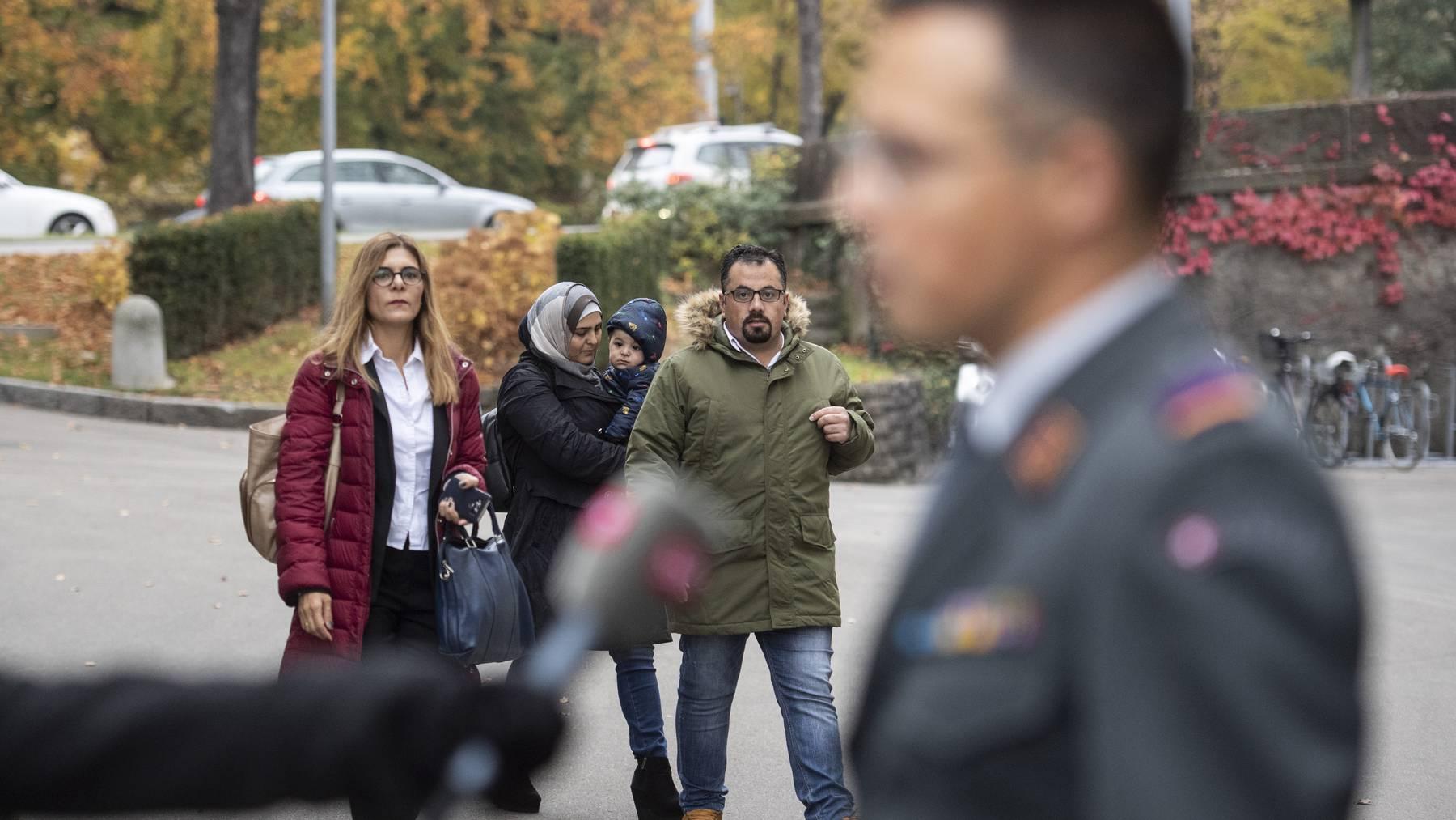 Suha Alhussein Jneid und Omar Jneid auf dem Weg zur Verhandlung vor dem Militärappellationsgericht 2018 in Zürich.