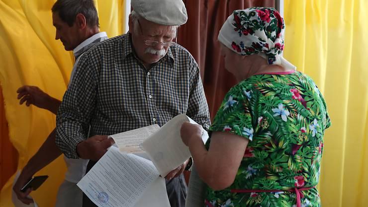 Bei der Parlamentswahl in der krisengeschüttelten Ukraine ist die Partei des in die EU strebenden Präsidenten Wolodymyr Selenskyj nach Prognosen stärkste politische Kraft geworden. Die Wahlbeteiligung war mit knapp 50 Prozent geringer als vor fünf Jahren.