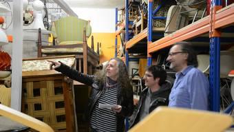 Die Veranstalter suchen mit dem Zürcher Brocki-Geschäftsleiter (rechts) die Konzertbestuhlung aus.