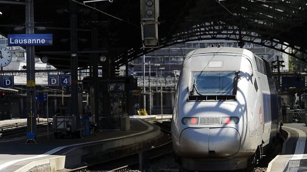 Ein TGV im Bahnhof Lausanne: Dort und in Genf hat sich die Nachfrage nach den Zugreisen nach Frankreich wieder etwas verbessert. (Archivbild)