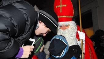 Ohne Scheu tragen die Kinder dem Samichlaus ihr Verslein vor.