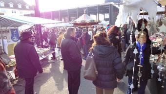 Letztes Jahr hatten die Standbesitzer am Dietiker Weihnachtsmarkt mehr Glück mit dem Wetter. (Archiv)
