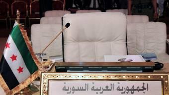 Die Flagge der syrischen Opposition vor den Sesseln der syrischen Delegation bei der Arabischen Liga
