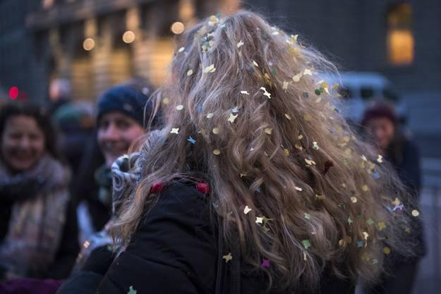 """Eine junge Besucherin mit Konfetti in den Haaren in den Strassen von Bern, waehrend dem traditionellen """"Zibelemaerit"""""""