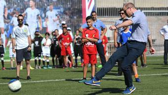 Prinz William (r) kickt bei einem Besuch des Equalizer-Projekts in Tel Aviv einen Ball. Offenbar traf er auf nicht viel Gegenwehr.