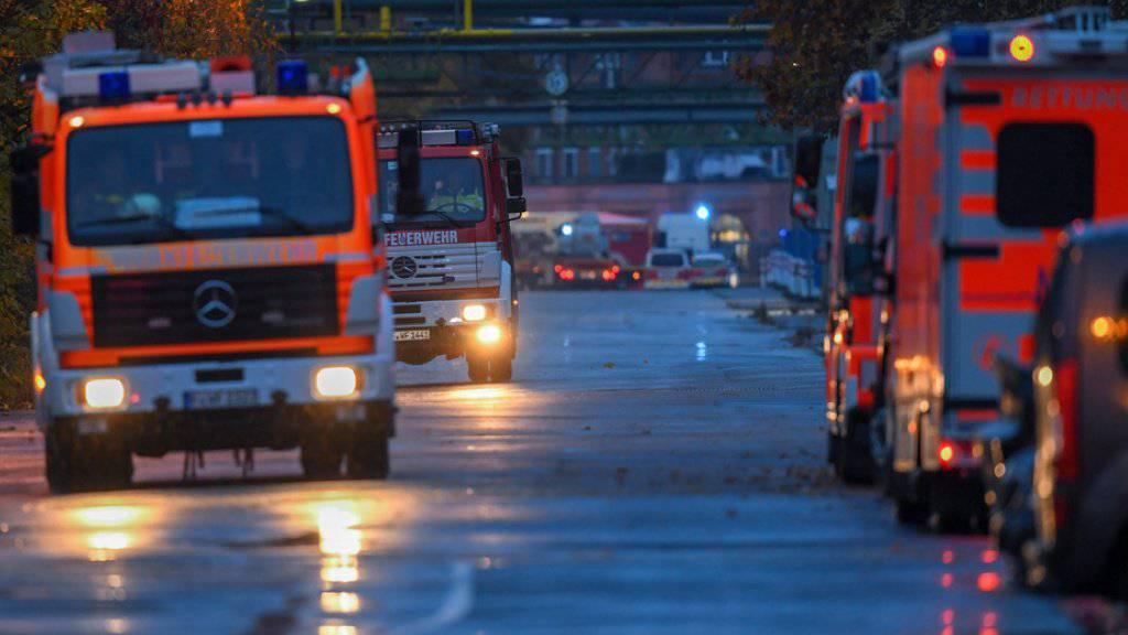 Feuerwehr unterwegs in einem Industriepark im Frankfurter Stadtteil Griesheim. Ein mit einer flüssigen Chemikalie beladener Lastwagen war bei einem Unfall umgekippt.
