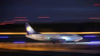 Eine Maschine der Lufthansa landet in Frankfurt: Das Passagiervolumen an deutschen Flughäfen ist gestiegen (Archivbild).