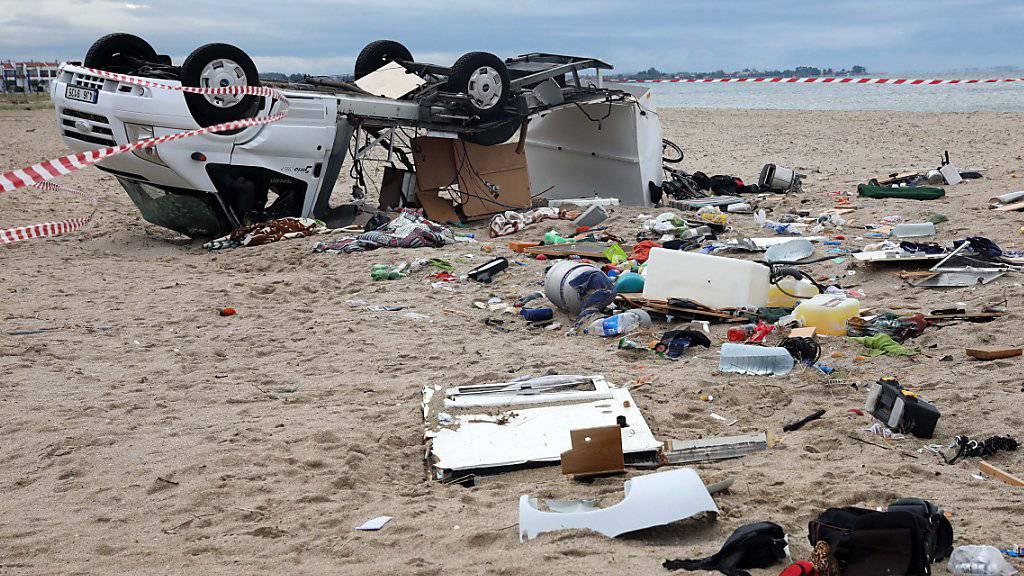 Gleich zwei Wirbelstürme fegten über die Halbinsel Chalkidiki hinweg. Mindestens sieben Menschen sind dabei ums Leben gekommen. Der Camper eines tschechischen Ehepaares wurde über den Strand geschleudert und zertrümmert.