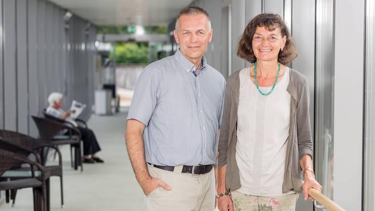 VR-Präsidentin Edith Saner und Geschäftsleiter Thomas Rohrer im Trakt, der das zu sanierende Haus B mit dem Haupthaus verbindet. Die Bau- arbeiten sollen innerhalb zweier Monate erfolgen.