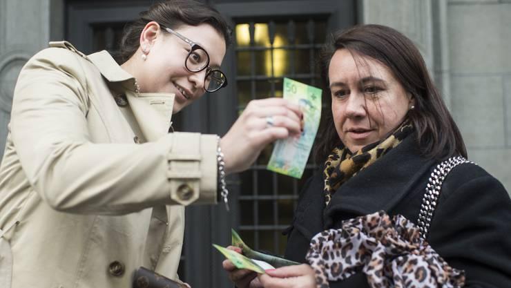 Stephanie und Nicole freuen sich in Zürich über die neue 50-Franken-Note.