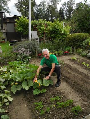 Waldemar Köhli präsentiert einen Kürbis aus seinem Garten.