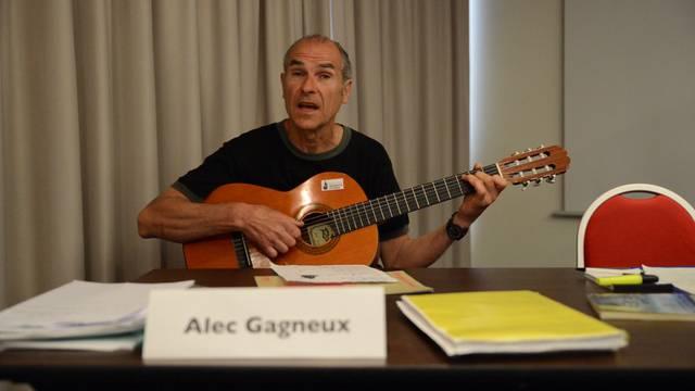 Alec Gagneux trägt das Vollgeld-Lied vor.