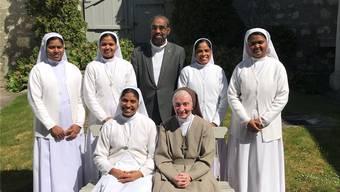 Sie wirken und wirkten im Kloster Visitation (v. l. hintere Reihe): Sr. Philomena, Sr. Promila, Pater Antony, Sr. Sukanti, Sr. Kiran. Vorne: SSS-Generaloberin Sr. Siji und Frau Mutter Sr. Marie-Dominique.