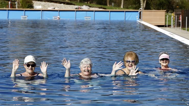 Beste Laune bei 13 Grad Aussentemperatur beim Saisonstart im Regibad: Im Wasser ist es angenehme 26,3 Grad warm.