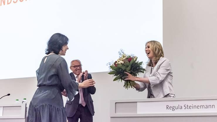 Der neue Landratspräsident Heinz Lerf applaudiert der ersten Vizepräsidentin Regula Steinemann (r.).