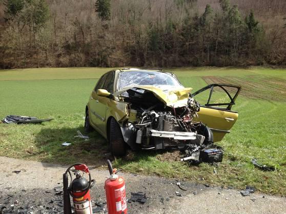Beide Fahrer wurden in ihren Autos eingeklemmt und mussten von der Feuerwehr geborgen werden.