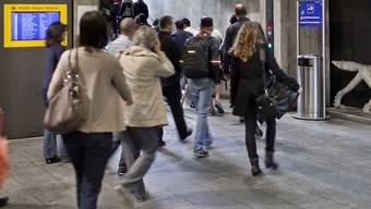Reisende im Bahnhof Stadelhofen in Zürich: Bald könnten Qualitätstester im Auftrag des Bundes sich inkognito unter sie mischen und ein Auge darauf haben, ob alle Anzeigetafeln funktionieren oder ob es auch sauber ist. (Symbolbild).