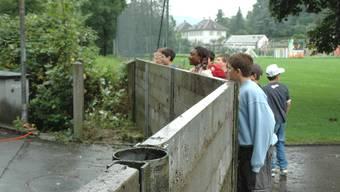Bei Hochwasser wird das Schulhaus Hellmatt in Möriken mit Betonplatten geschützt. Dieses Bild entstand 2005.  Foto: Toni Widmer/AZ