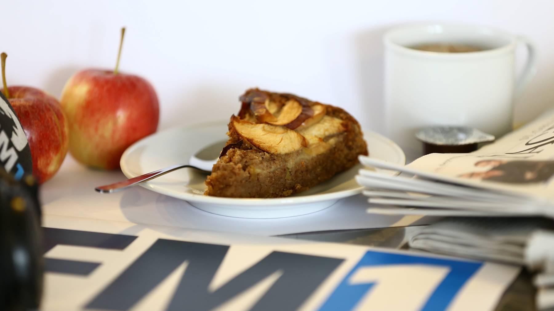 Der Apfelkuchen kommt ohne Butter und Eier aus.