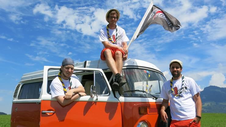 Eine mobile Redaktion: Romano Stocker, Simon Stäheli und Gian Andri Bezzola mit ihrem «Canif Rouge»-Bus