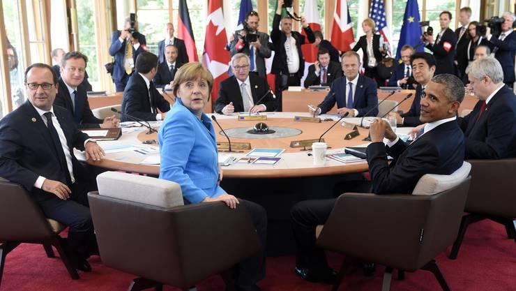 von links: der französische Präsident Francois Hollande, der britische Premierminister David Cameron, der italienische Premierminister Matteo Renzi, die deutsche Bundeskanzlerin Angela Merkel, der Präsident der Europäischen Kommission Jean-Claude Juncker,  Präsident des Europäischen Rates Donald Tusk, der japanische Premierminister Shinzo Abe, US-Präsident  Barack Obama und der kanadische Premierminister Stephen Harper am G-7-Gipfel auf dem Schloss Elmau in der Nähe von Garmisch-Partenkirchen (D)