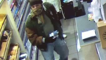 Überfall auf Ruedi-Rüssel-Tankstelle in Olten: Ein Räuber stiehlt mehrere 1000 Franken und macht sich danach aus dem Staub. Dabei wurde er von einer Überwachungskamera gefilmt.