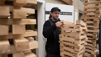Turm aus Holzstücken: Der gebürtige Vogelsanger Roman Sonderegger stellt zum ersten Mal in der Bossartschüür aus. Barbara Scherer