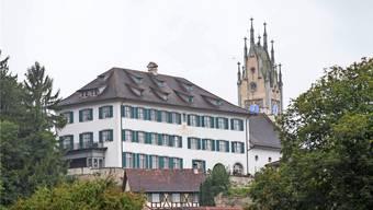 Das Schloss Andelfingen mit dem Kirchturm im Hintergrund.