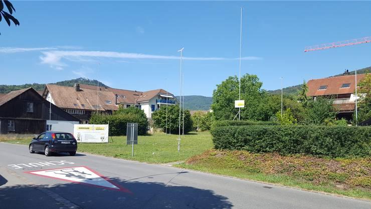An der Küttigerstrasse, in unmittelbarer Nähe zur Schule, entstehen zwei Mehrfamilienhäuser.