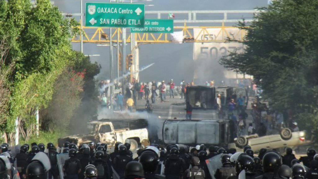 Eine Kundgebung von Lehrern in Mexiko mündete in Zusammenstössen zwischen Demonstranten und der Polizei. Resultat: Mindestens sechs Tote und mehr als hundert Verletzte.