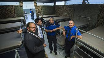 Der Tessiner Staatsrat Norman Gobbi, der Vorsitzende des Staatsrates Paolo Beltraminelli, Oberst Matthew Cocchi, Kommandant der Kantonspolizei, und Mauro Antonini, Kommandant der Grenzwache (Region 4), von links, nehmen einen Augenschein im neuen Rückführungszentrum für Migranten in Rancate.