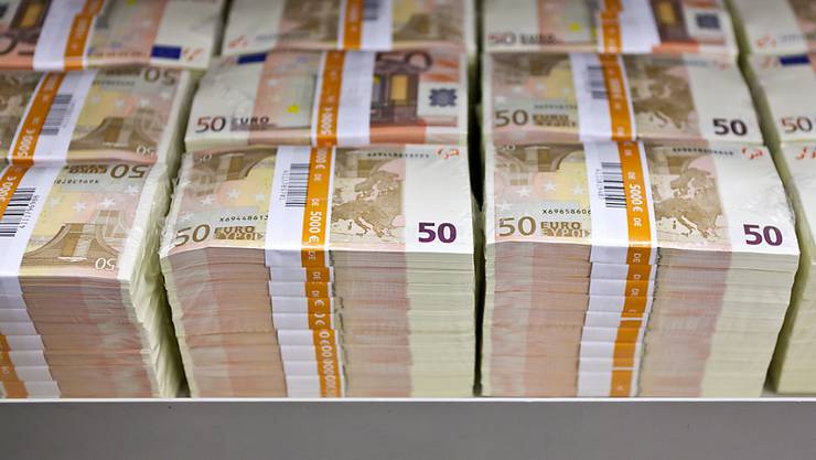 Mehrere Bündel von Euro-Banknoten. (Archivbild)