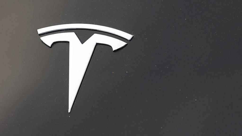 Bei Tesla übertreffen Gewinn und Umsatz die Erwartungen. (Archivbild)