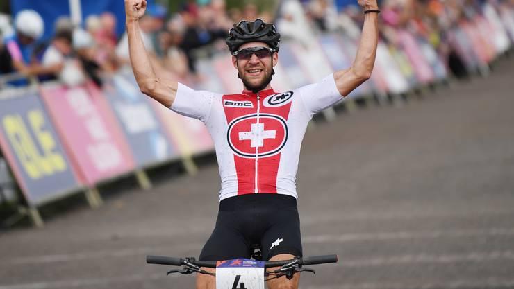 Lars Forster distanziert kurz vor Schluss den Italiener Luca Braidot und kommt alleine ins Ziel.