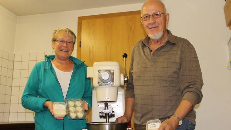 Margrit und Hanspeter Schär haben im Keller ihres Hauses eine Produktionsstätte für Kräuterbutter eingerichtet. CM