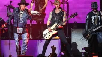 Axl Rose mit Duff McKagan und DJ Ashba (v.l.).Bei den nächsten Auftritten muss Rose wohl mit Gips auf die Bühne. (Archiv)