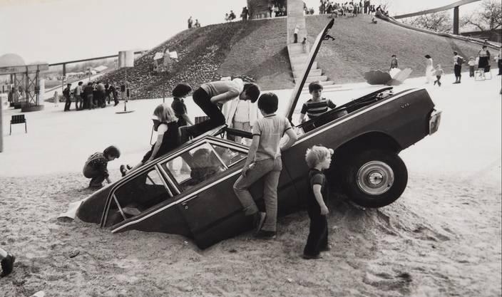 Das eingegrabene Auto war, wie der Dinosaurier, bei den Jüngeren beliebt.