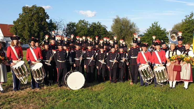 Die Stadtmusik Grenchen in historischer Uniform begleitet von ihren Ehrendamen und Solothurner Tambouren