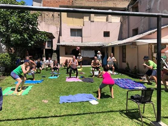Um sich die Zeit zu vertreiben, machen Ramona und Davide Sportübungen mit den anderen Gestrandeten in ihrer Unterkunft. In Ecuador herrscht Ausgangssperre.