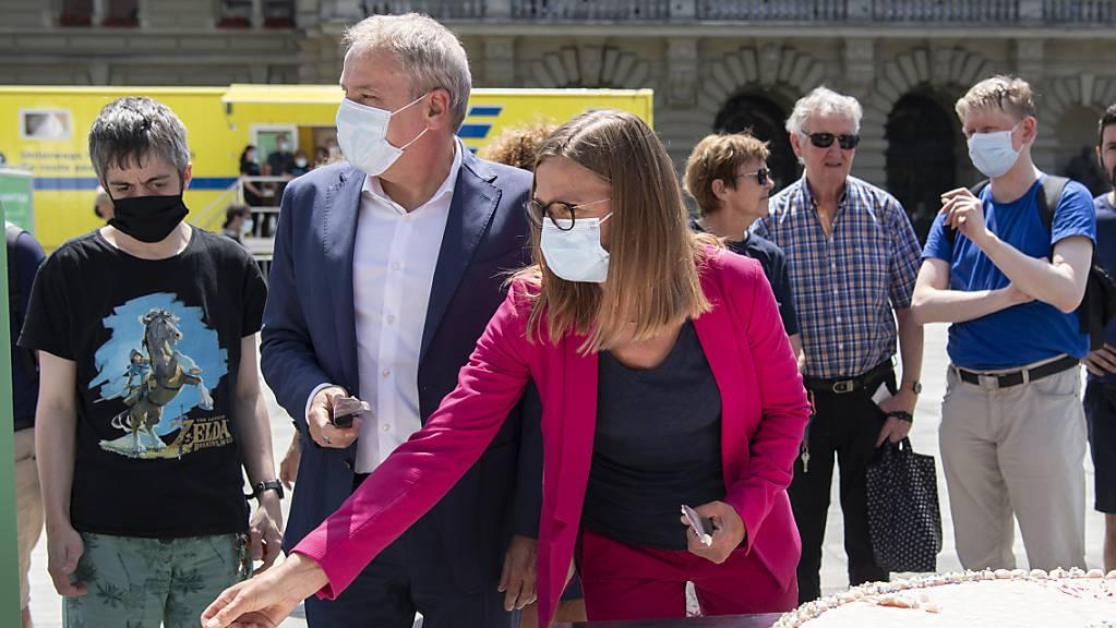 Das Bundesamt für Gesundheit (BAG) hat am Montag zum Kuchenessen auf dem Berner Bundesplatz eingeladen. Daneben stand auch ein Impftruck für Spontane (gelber Wagen im Hintergrund).