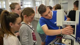 Lernende erklären Schülerinnen und Schülern ihre Berufe – die Berufsmesse IB Live korrigiert falsche Vorstellungen über Industrieberufe.