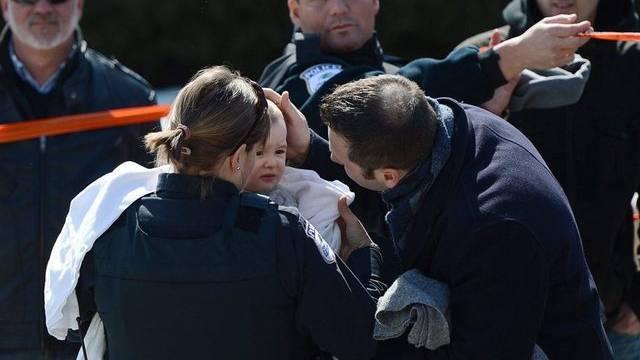 Eltern holen nach der Schiesserei ihre Kinder aus der Obhut der Polizei ab
