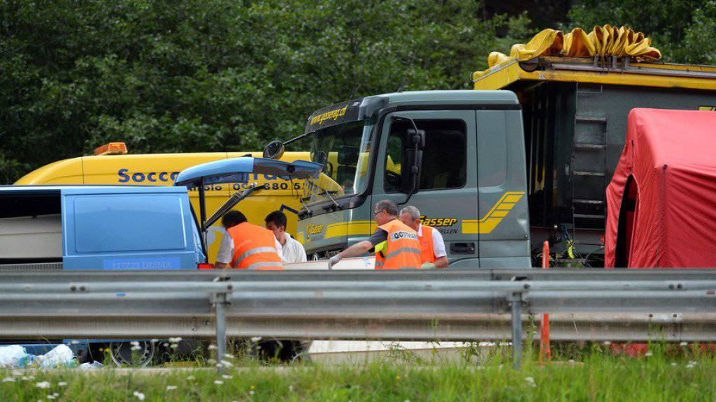 Das Bundesamt für Strassen reagiert auf den Unfall auf der A2 bei Quinto TI, der eine vierköpfige Familie das Leben kostete (Bild). Ein Fahrzeug mit Warntafel soll auf dem Pannenstreifen stationiert werden, um Staus anzuzeigen.