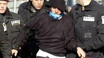 Sicherheitsleute führen einen FCZ-Fan ab (Symbolbild)