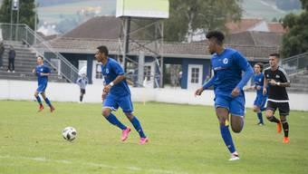 FC Grenchen 15, hier gegen den FC Bellach. In der Mitte Samuel Zayas, rechts Robin Momoh.