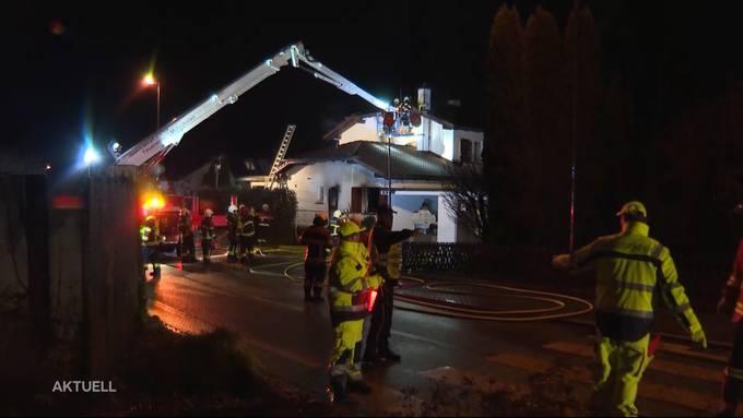 Am Montagabend brach in einem Reiheneinfamilienhaus ein Feuer aus. Die Bewohner der drei Häuser mussten ins Freie flüchten. Den Brand hatte die Feuerwehr relativ schnell unter Kontrolle. Die Polizei bestätigte, dass eine Person ums Leben gekommen war.