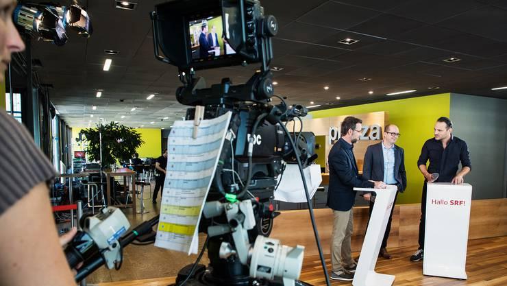 Das Schweizer Fernsehen sucht die Nähe zum Publikum «Hallo SRF!»-Sendung von letzter Woche (links am Moderatorenpult Nik Hartmann).