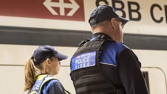 Die Transportpolizei der SBB zieht sich aus den Extrazügen zurück, mit denen Fussballfans transportiert werden. Um Geld zu sparen, überlassen die SBB diese Aufgabe zusehends den Fanbetreuern der Clubs. (Archiv)