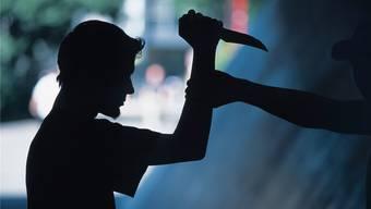 Mit einem Messer hätte der Eritreer den Ehemann de Frau umbringen sollen. Symbolbild.